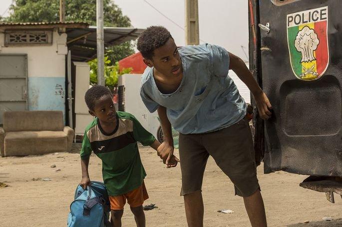 Fotograma de la película en el que aparece Adú y Massar escondidos tras un camión