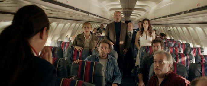 La azafata anuncia una mala noticia a los pasajeros.