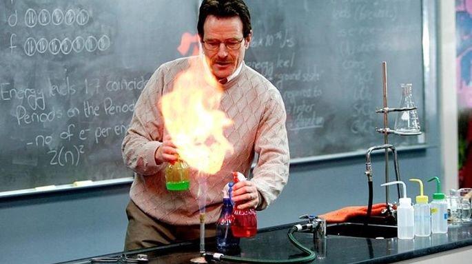 Walter White durante una clase de química.