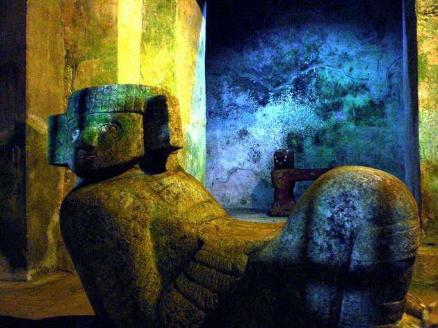 Interior de El Castillo. Detalle de escultura Chac mool.