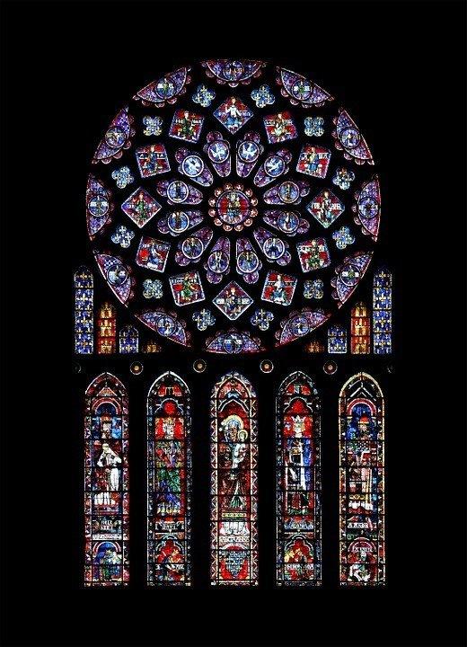 Detalles de los vitrales de la Catedral de Chartres, Francia.