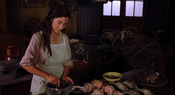 Fotograma de la película Como agua para chocolate en el que aparece Tita cocinando