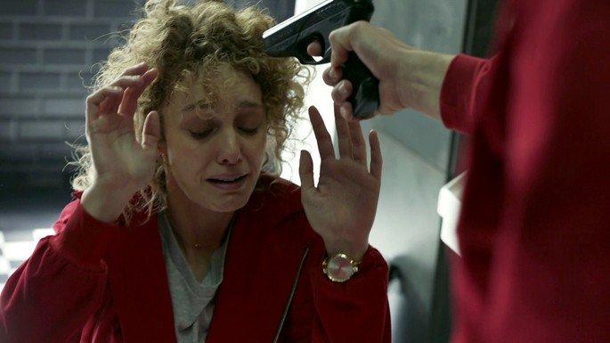 Denver amenaza a Mónica con la pistola.