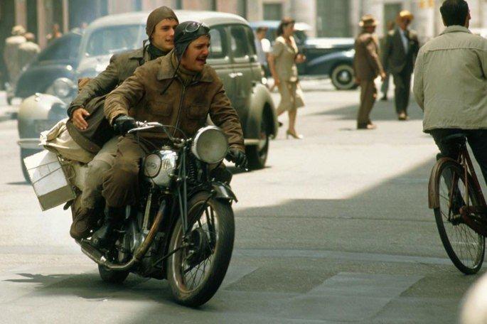Ernesto y Alberto parten con una vieja motocicleta.