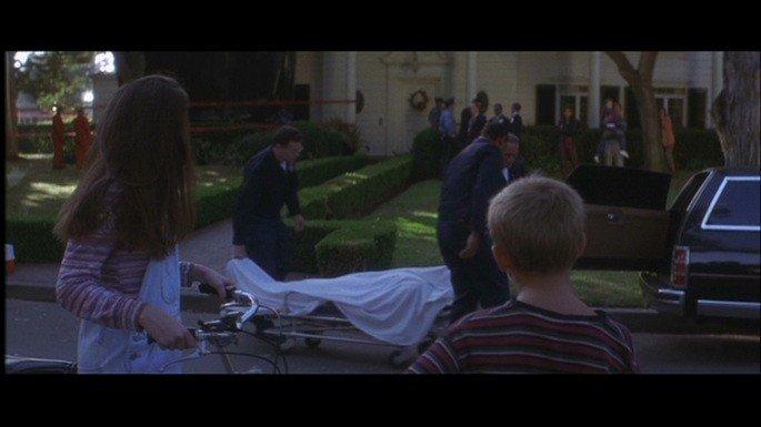 Las autoridades levantan el cadáver de Donnie.