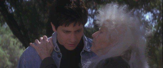 Roberta Sparrow le susurra algo a Donnie.