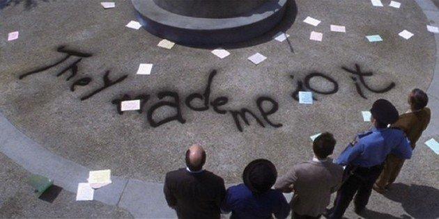 Mensaje escrito en el patio.