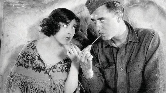 Fotograma de la película en el que aparecen la actriz Renée Adorée y John Gilbert