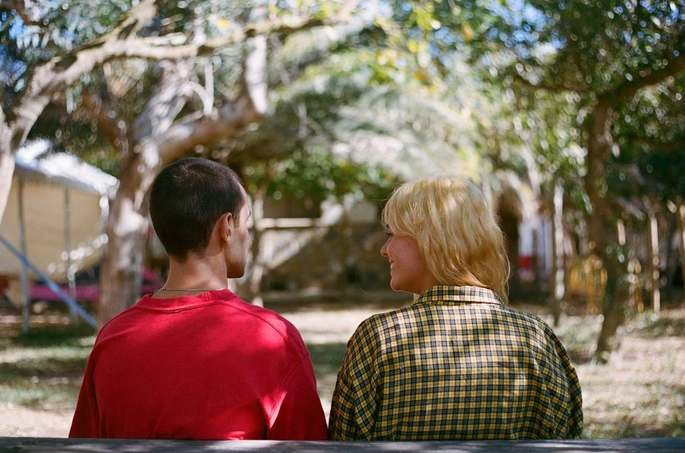 Fotograma de la película en el que aparecen Otto y su amiga sentados en un banco