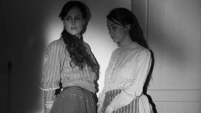 Fotograma de la película Elisa y Marcela, en la que aparecen ambas en plano medio