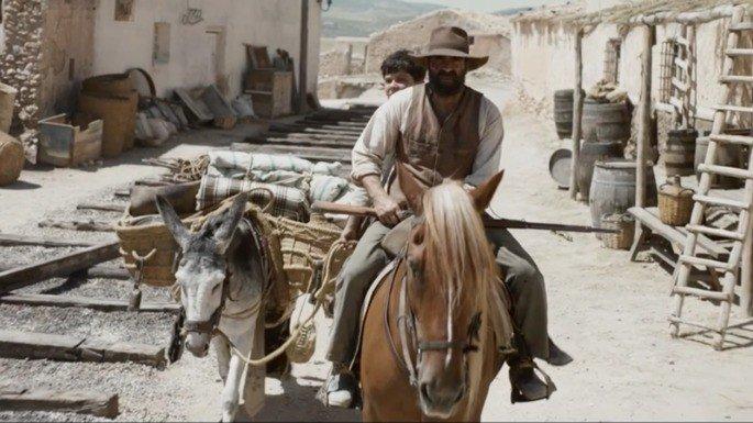 Fotograma de la película en el que sus protagonistas aparecen montando a caballo