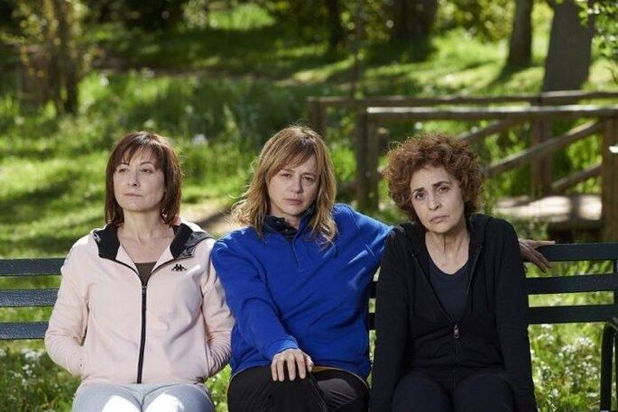 Fotograma de la película Invisibles en el que aparecen las tres protagonistas sentadas en el banco del parque