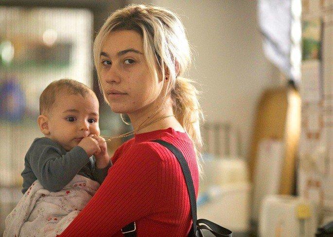 Fotograma de la película la hija de un ladrón en el que aparecen la protagonista y su bebé