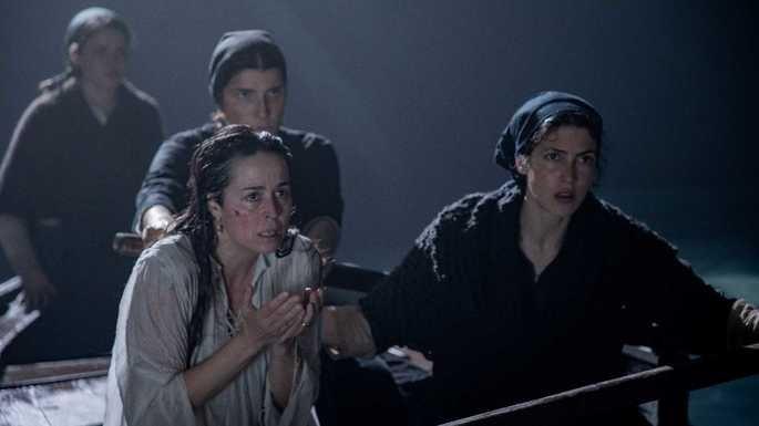 Fotograma de la película en el que aparecen las tres protagonistas en la barca durante el rescate