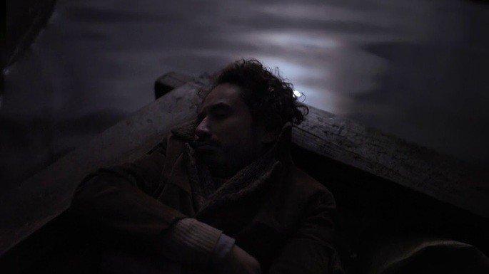 Fotograma en el que aparece el protagonista del filme en una barca