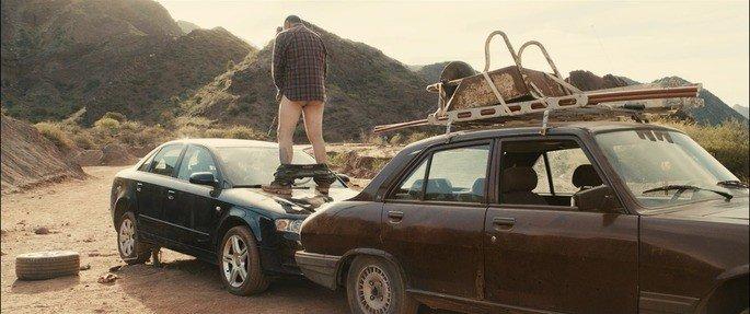 Mario destroza el coche de Diego.