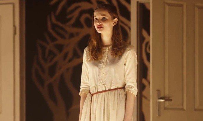 Martha interpreta una obra de teatro