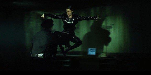 Trinity lucha contra los agentes.