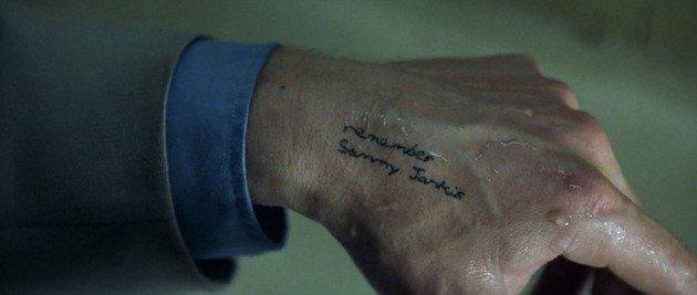 Plano subjetivo de uno de los tatuajes de Leonard.
