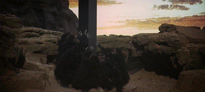 Monolito negro y los primates.