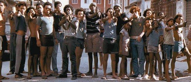 Los niños apuntan con las armas a la policía.