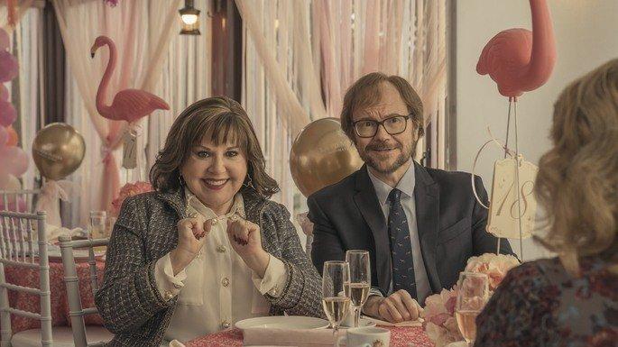 Fotograma de la película en el que Javier aparece con su suegra