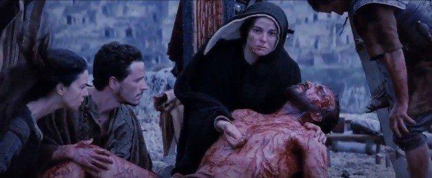 maria sostiene a jesus en sus brazos