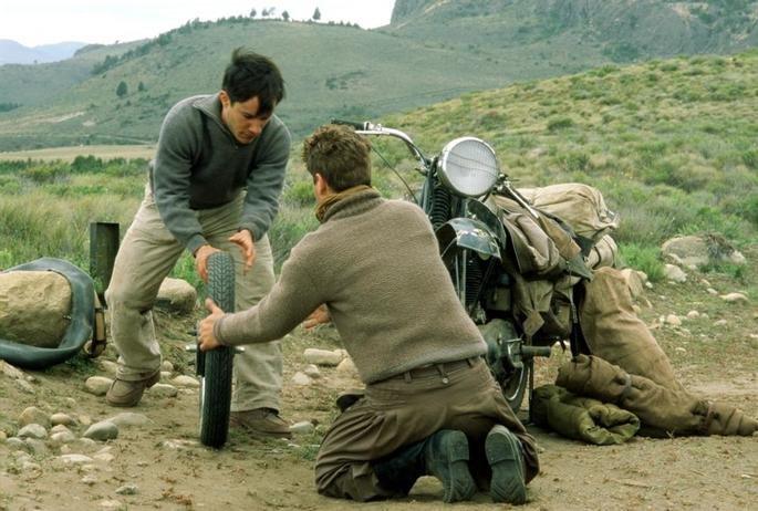 Los protagonistas intentan reparar la rueda.