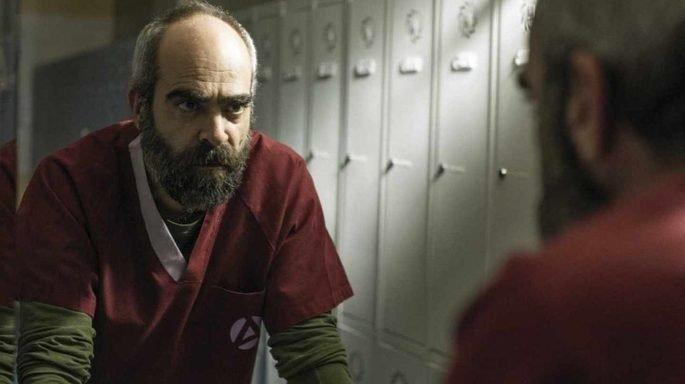 Fotograma de la película en el que el protagonista aparece mirándose al espejo
