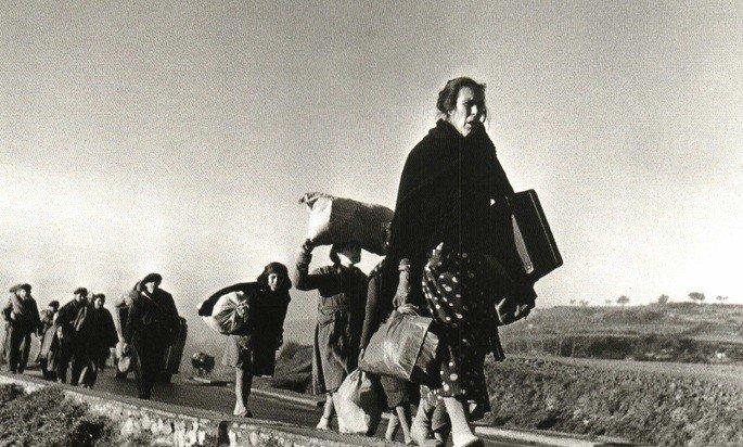 Refugiados hacia la frontera por Robert Capa.