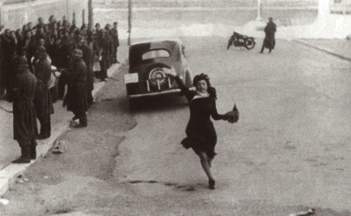 Fotograma de la película Roma, ciudad abierta en el que aparece su protagonista corriendo