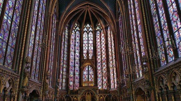 Interior de Sainte Chapelle, Francia.