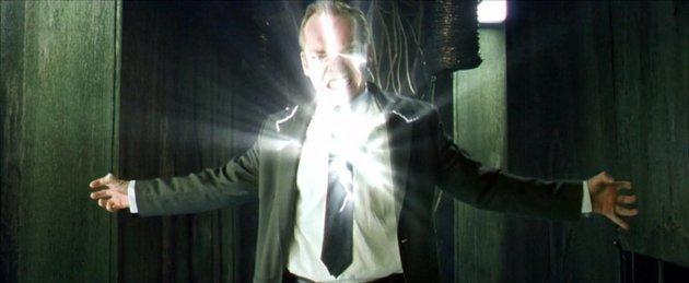 Neo se introduce en el cuerpo de Smith.