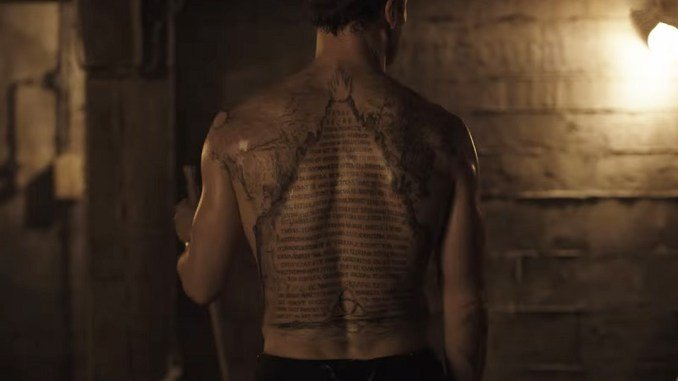 Tabla esmeralda en la espalda de Noah