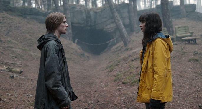 Fotograma de la tercera temporada de Dark, aparece Jonas y Martha del otro mundo