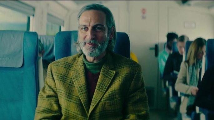 Fotograma de la película en el que el protagonista está en el vagón de un tren