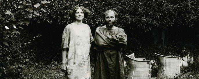 Klimt e a amada Emilie Flöge, muitos especialistas sugerem que os protagonistas de O Beijo são os próprios amantes.