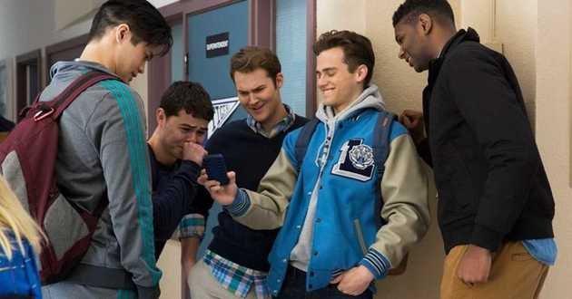 Justin mostra a foto de Hannah aos amigos.