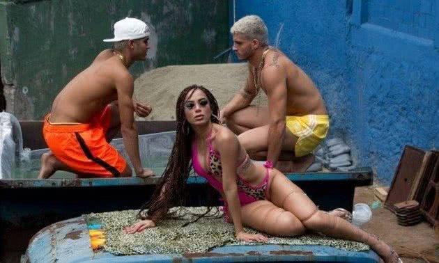 Anitta, no Vidigal, durante a gravação do clipe.