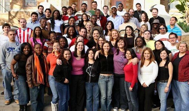 A verdadeira Erin Gruwell (na primeira fila, vestida com camisa rosa) e seus alunos.