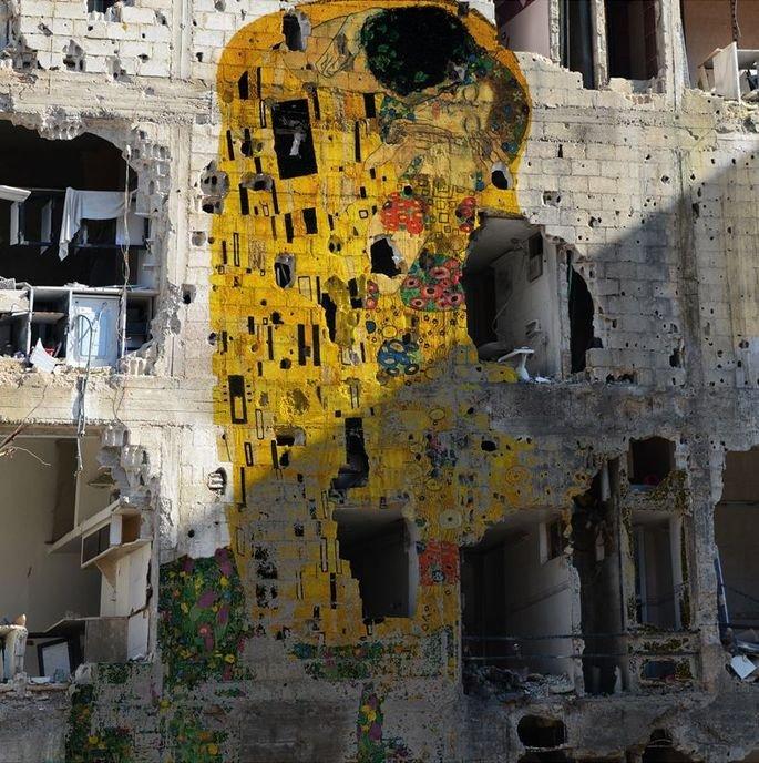 Intervenção artística de Tamman Azzam em um edifício bombardeado na Síria com a imagem da obra-prima de Klimt.