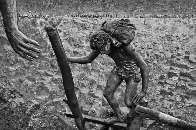 trabalhador mineiro com saco as costas subindo a mina de serra pelada, fotografia de Sebastião Salgado