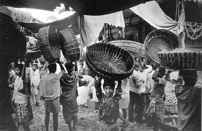 trabalhadores com cestos na cabeça, fotografia de Sebastião Salgado