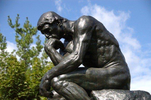 O pensador, de Rodin. Muitos críticos observam uma semelhança entre a escultura do artista francês e a tela Abaporu, de Tarsila do Amaral.