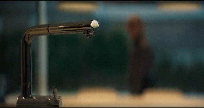 Final do filme: A Casa, torneira pingando.
