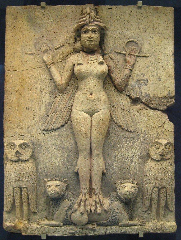 a deusa da noite, arte mesopotâmica. Escultura em pedra exibindo figura feminina nua com asas e animais abaixo
