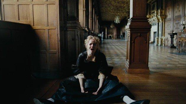 Abigail alterna momentos onde é vítima com períodos em que é algoz.