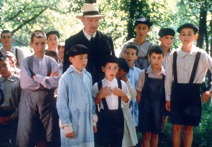 Cena do filme A língua das mariposas que exibe um grupo de crianças com um professor idoso