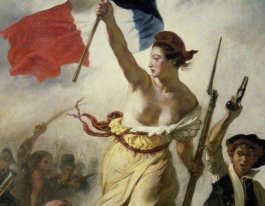 mulher com torso nu em campo de batalha empunhando a bandeira da França. A liberdade quiando o povo