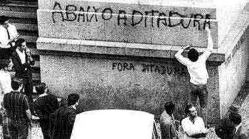 Pichação num muro onde se lê abaixo a ditadura